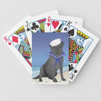 Marinero negro del labrador retriever baraja cartas de poker
