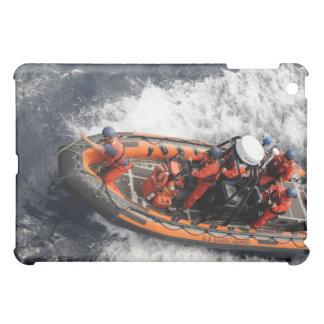 Marineros que conducen el entrenamiento del bote