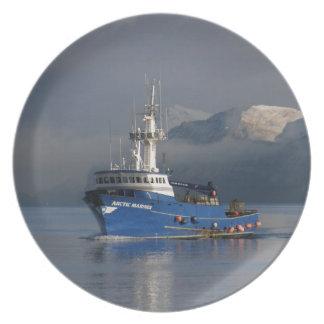 Marino ártico, barco de pesca del cangrejo en puer plato de comida