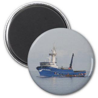 Marino ártico, barco del cangrejo en el puerto hol imán redondo 5 cm