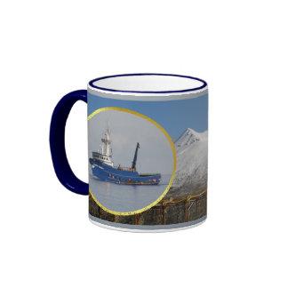 Marino ártico, barco del cangrejo en el puerto hol taza a dos colores