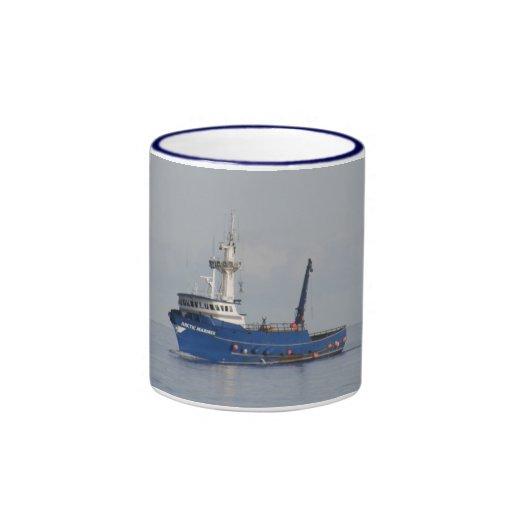 Marino ártico, barco del cangrejo en el puerto hol tazas