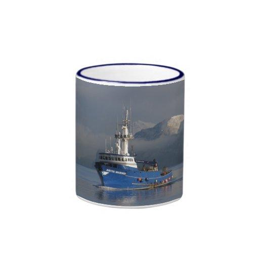 Marino ártico, barco del cangrejo en el puerto hol taza de café