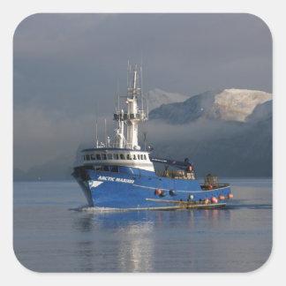 Marino ártico, barco del cangrejo en el puerto pegatina cuadrada