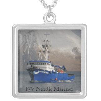 Marino nórdico, barco del cangrejo en el puerto ho colgante cuadrado