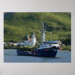 Marino nórdico, barco del cangrejo en el puerto ho poster