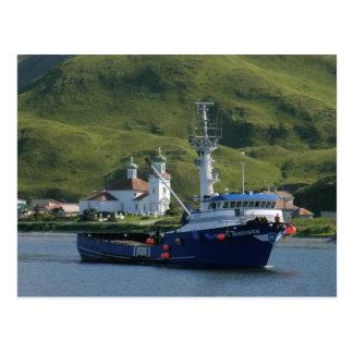 Marino nórdico, barco del cangrejo en el puerto ho postales