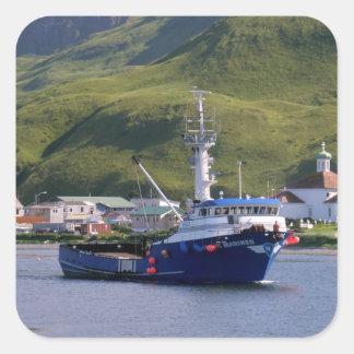 Marino nórdico, barco del cangrejo en el puerto pegatina cuadrada