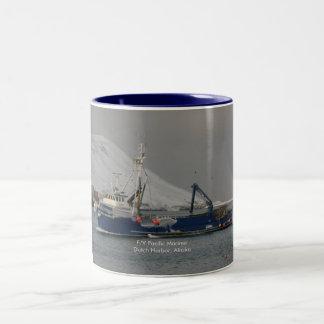 Marino pacífico, barco del cangrejo en el puerto h taza de café