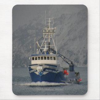 Marino pacífico, barco del cangrejo en el puerto tapete de ratón