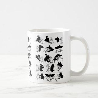 Marionetas retras de la sombra de la mano del taza