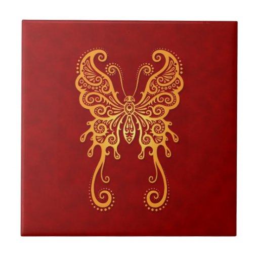 Mariposa amarilla compleja en rojo teja cerámica