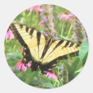 Mariposa amarilla de Swallowtail en jardín del Pegatina Redonda