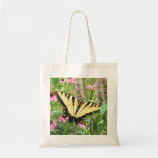 Mariposa amarilla de Swallowtail en jardín del ver Bolsa