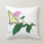 Mariposa amarilla de Swallowtail en la almohada