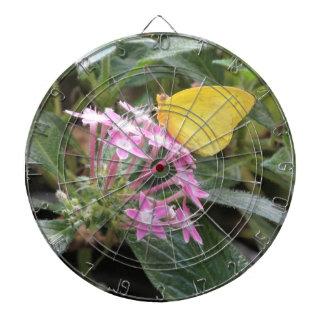 Mariposa amarilla en las flores rosadas