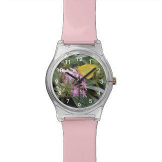 Mariposa amarilla en las flores rosadas relojes