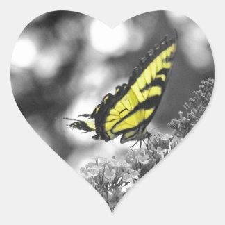Mariposa amarilla pegatina en forma de corazón
