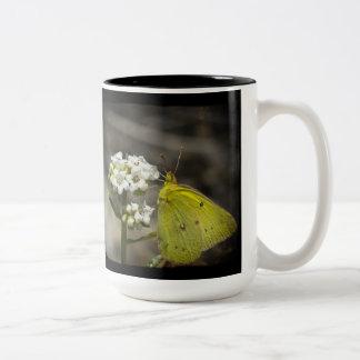 Mariposa amarilla taza de dos tonos