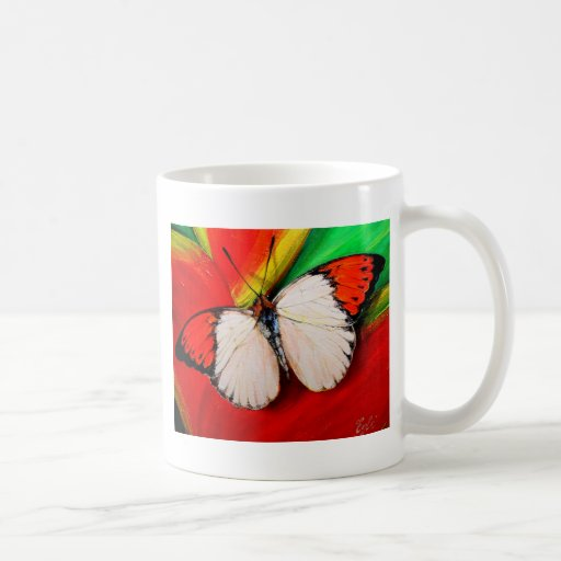 Mariposa anaranjada de la extremidad taza de café