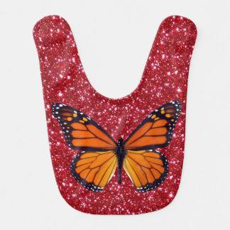 Mariposa anaranjada en el babero rojo del bebé del