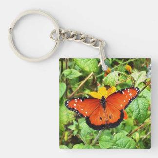 Mariposa anaranjada llavero cuadrado acrílico a doble cara