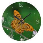 Mariposa anaranjada manchada negro relojes de pared