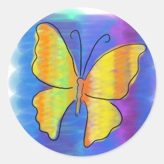 Mariposa anaranjada y amarilla pegatina redonda