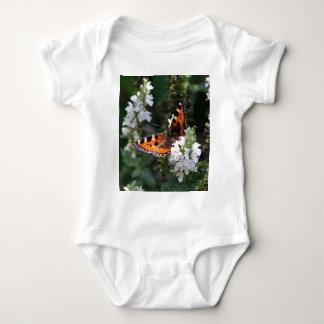 Mariposa anaranjada y negra en las flores blancas remeras