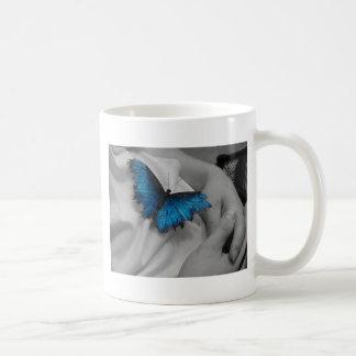 Mariposa azul cansada taza de café