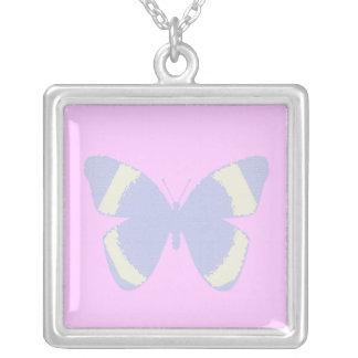 Mariposa azul claro del vitral en rosa colgante cuadrado