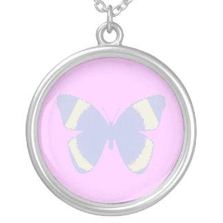 Mariposa azul claro del vitral en rosa colgante redondo