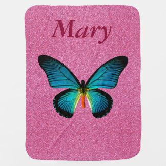Mariposa azul de encargo en la manta rosada del mantas de bebé