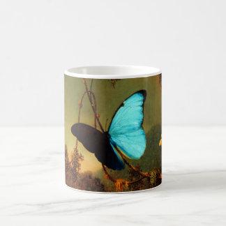 Mariposa azul de Martin Johnson Heade Morpho Taza Básica Blanca