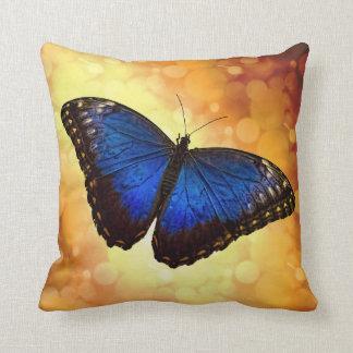 Mariposa azul de Morpho Cojín Decorativo