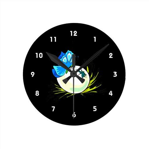 mariposa azul en egg.png blanco reloj redondo mediano