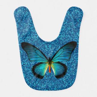 Mariposa azul en el babero azul del bebé del