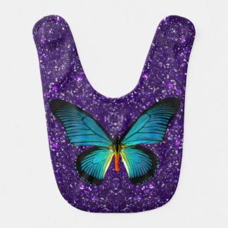 Mariposa azul en el babero púrpura del bebé del