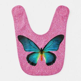 Mariposa azul en el babero rosado del bebé del