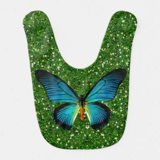 Mariposa azul en el babero verde del bebé del