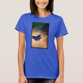 Mariposa azul en mi camiseta del pórche de entrada