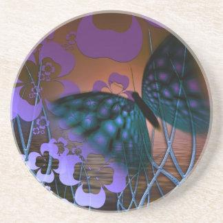 Mariposa azul y escena púrpura de la flor posavasos para bebidas