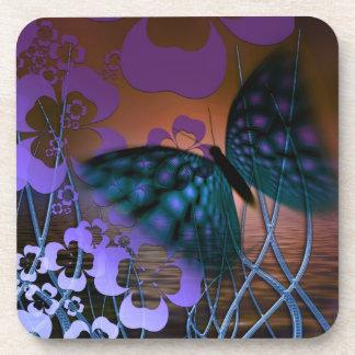 Mariposa azul y escena púrpura de la flor posavasos de bebida