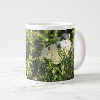 Mariposa blanca a cuadros taza grande