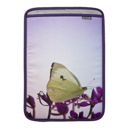 Mariposa blanca en las flores púrpuras funda para macbook air