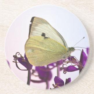 Mariposa blanca en las flores púrpuras posavasos manualidades