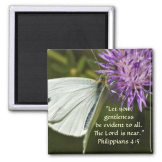 Mariposa blanca en Wildflower púrpura Imán Cuadrado