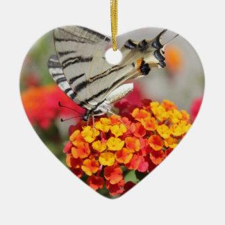 Mariposa blanca y negra de la cebra adorno de cerámica en forma de corazón