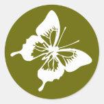 Mariposa blanca y verde que casa el sello de Evnve Etiqueta