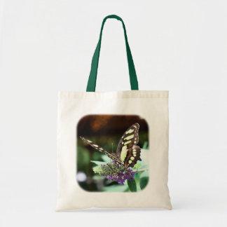 Mariposa bonita en la bolsa de asas de la naturale